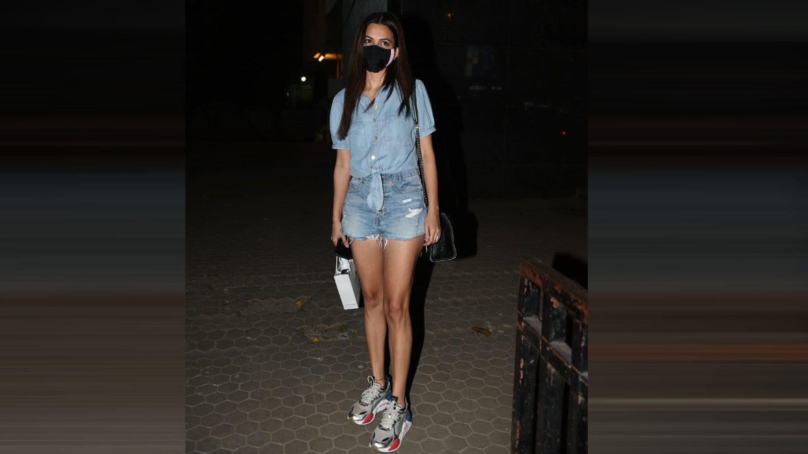 kriti-kharbanda-was-spotted-outside-a-skin-clinic-in-santacruz