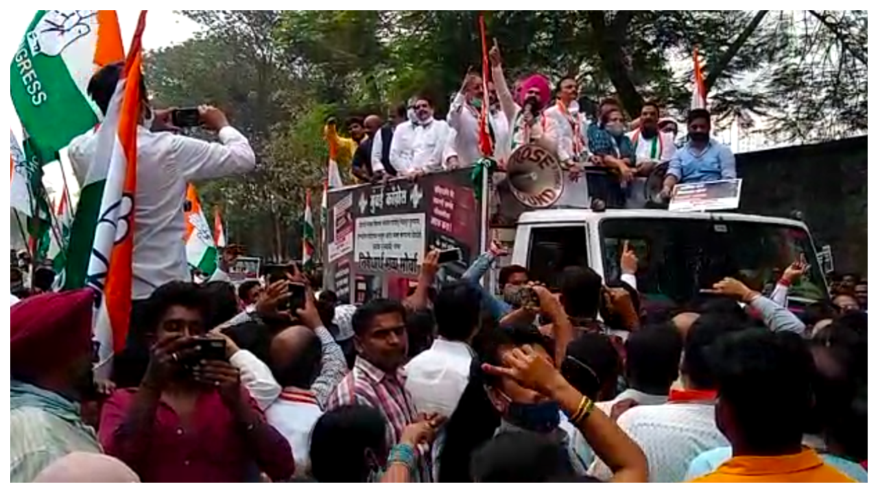 mumbai-congress-members-protest-outside-arnab-goswamis-worli-office