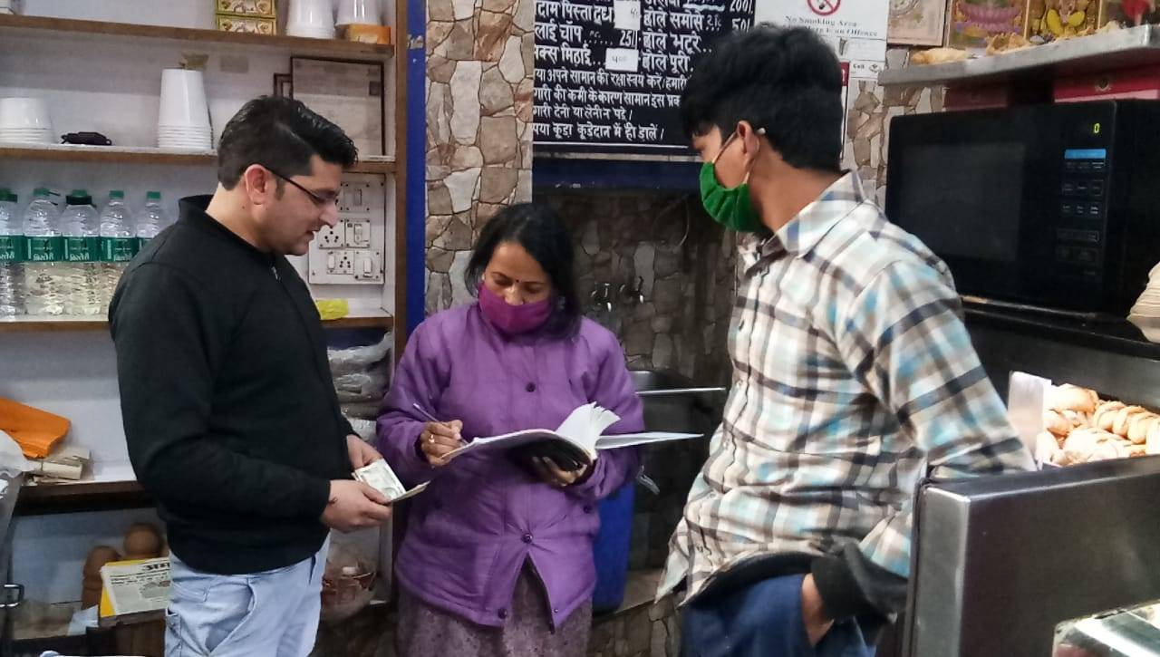 uttarakhand-mussoorie-administration-carry-out-raids-fine-shopkeepers-for-using-plastic-bags