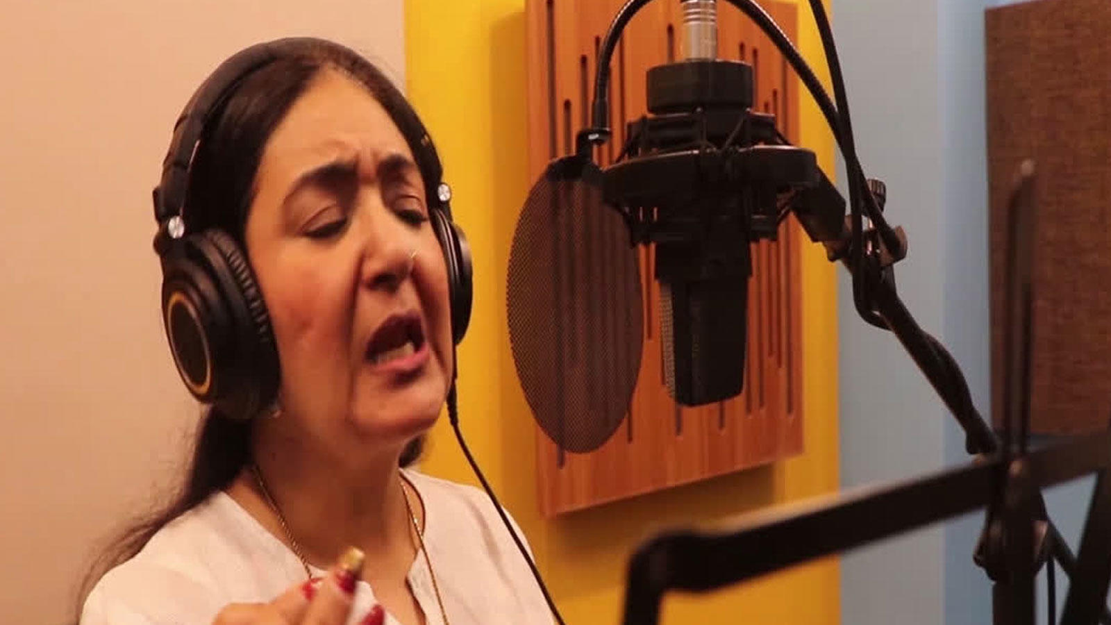jaspinder-narula-records-a-special-song-for-women-soldiers-in-crpf