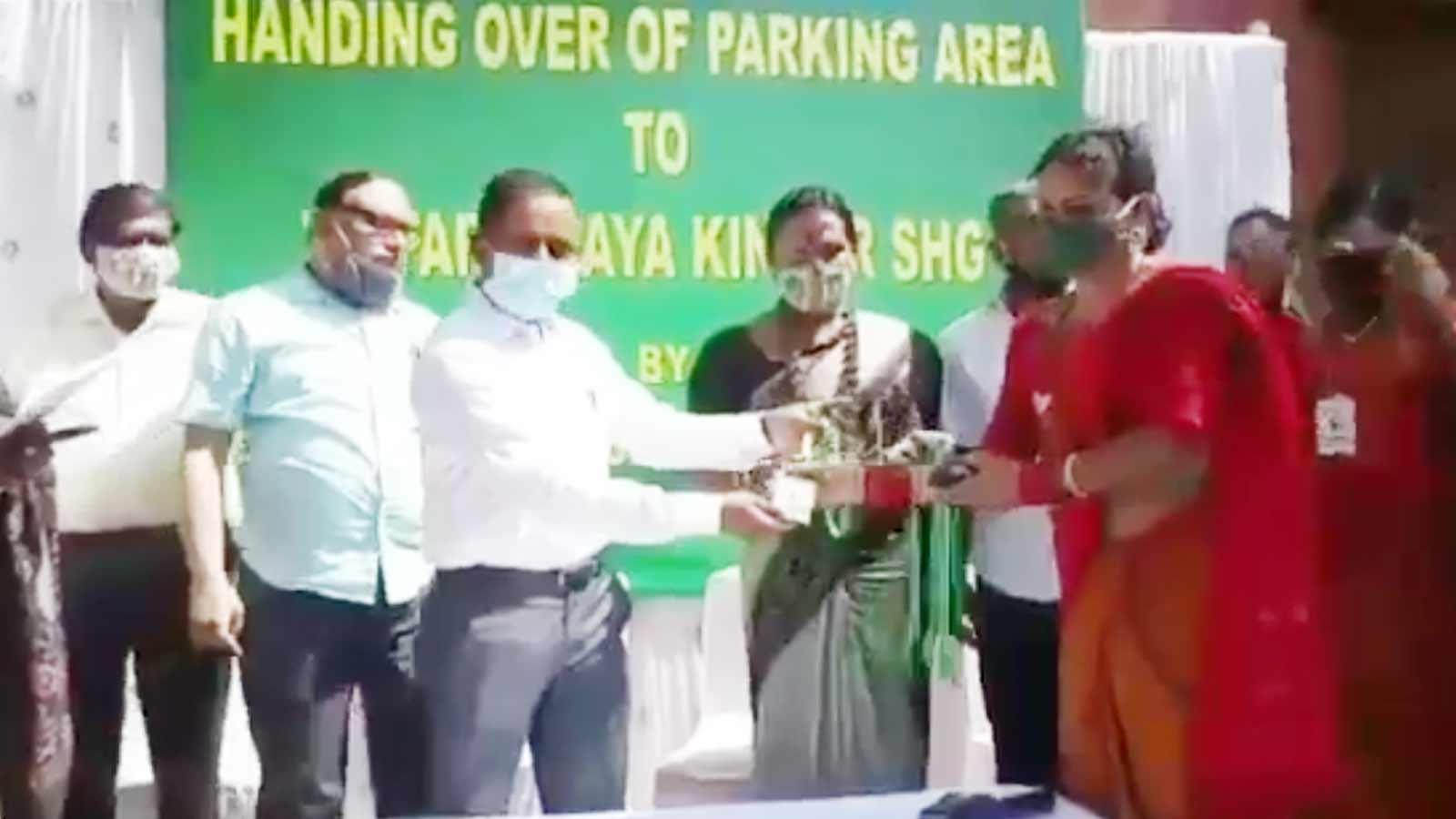 bhubaneswar-municipal-commissioner-distributes-id-cards-among-members-of-parichaya-shg-for-collection-of-parking-fees