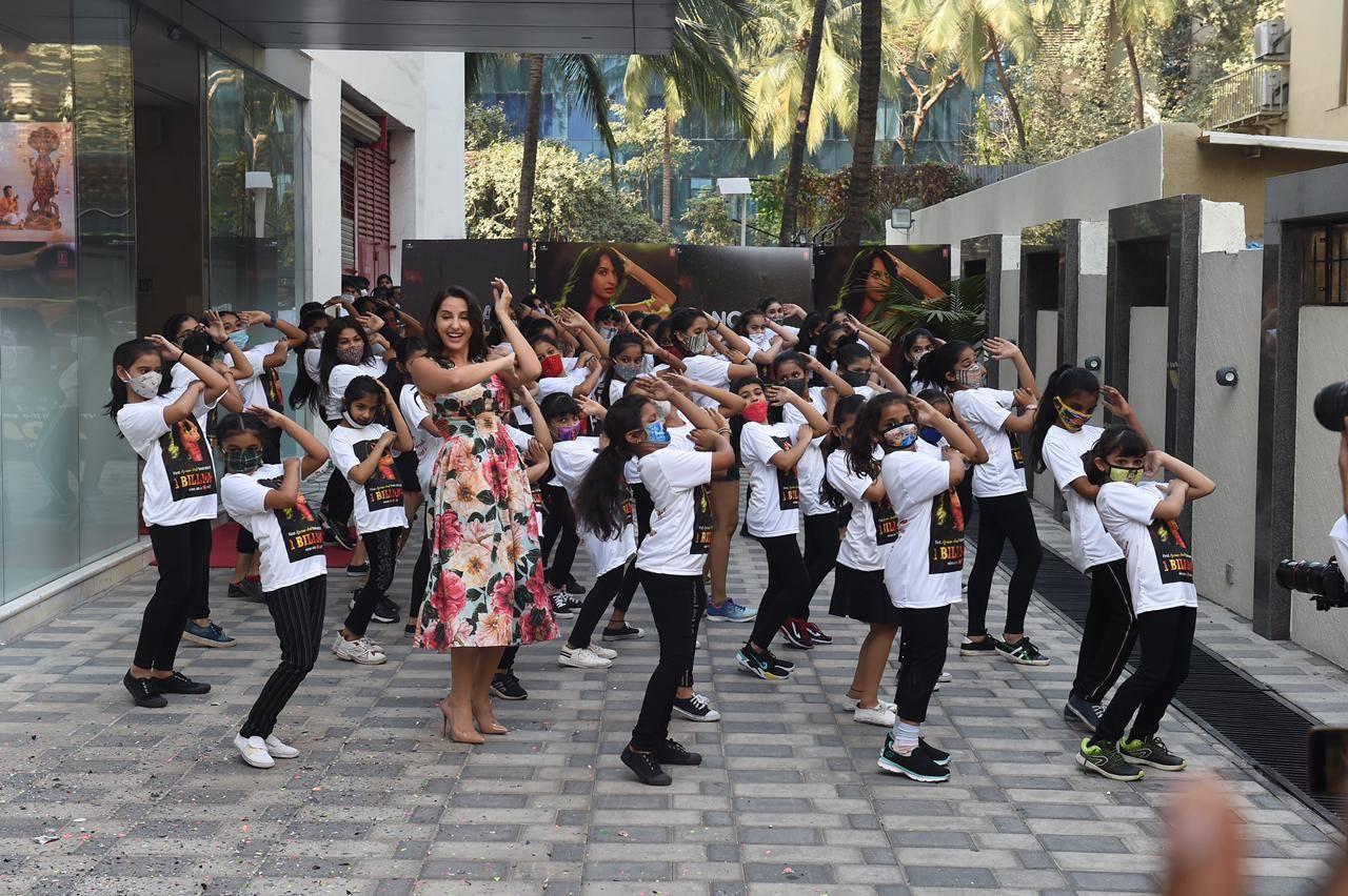 nora-fatehi-participates-in-a-flash-mob-to-celebrate-the-success-of-dilbar