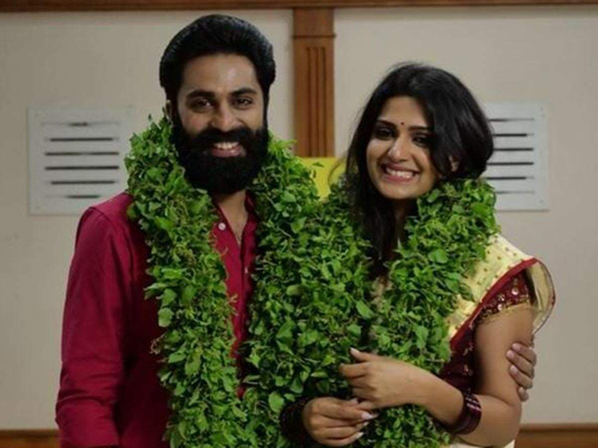 Govind Padmasoorya: Picture of Mr & Mrs judges Govind Padmasoorya and Divya  Pillai in wedding attire sparks rumours about their secret marriage - Times  of India