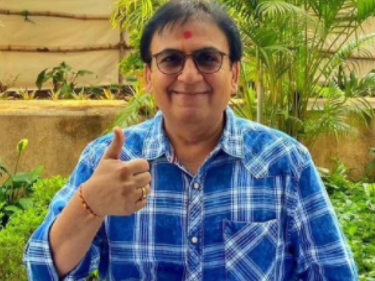 "Tarak Mehta's Jethalal aka actor Dilip Joshi and his wife take the first dose of the COVID-19 vaccine; says, ""Asli mazza 'JAB' ke saath aata hai!"" - Times of India"