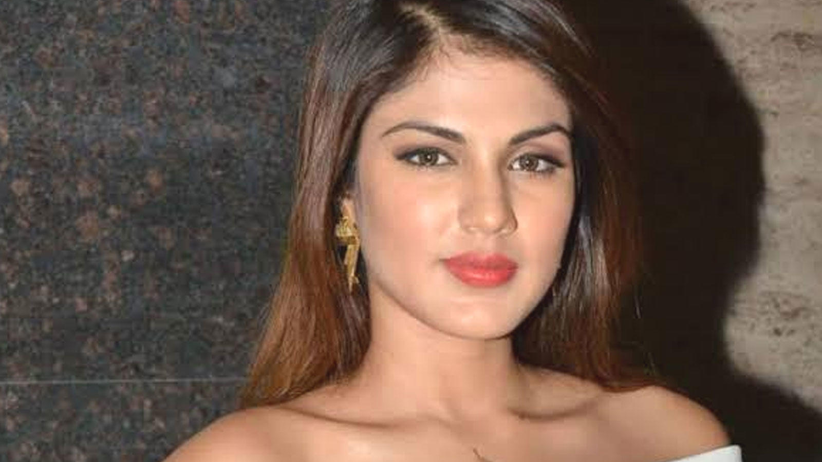 tough-times-call-for-unity-says-rhea-chakraborty-as-she-offers-help-to-those-in-need-amid-covid-19-pandemic