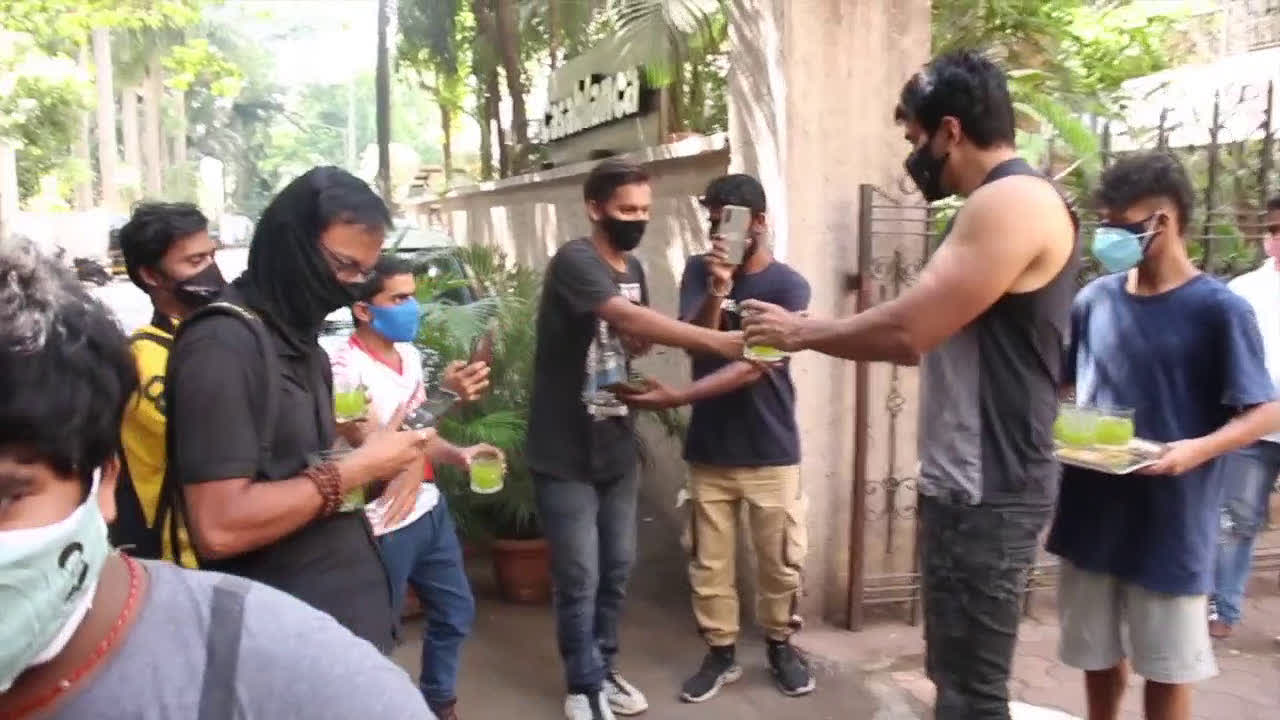 watch-sonu-sood-serves-summer-drink-to-paparazzi