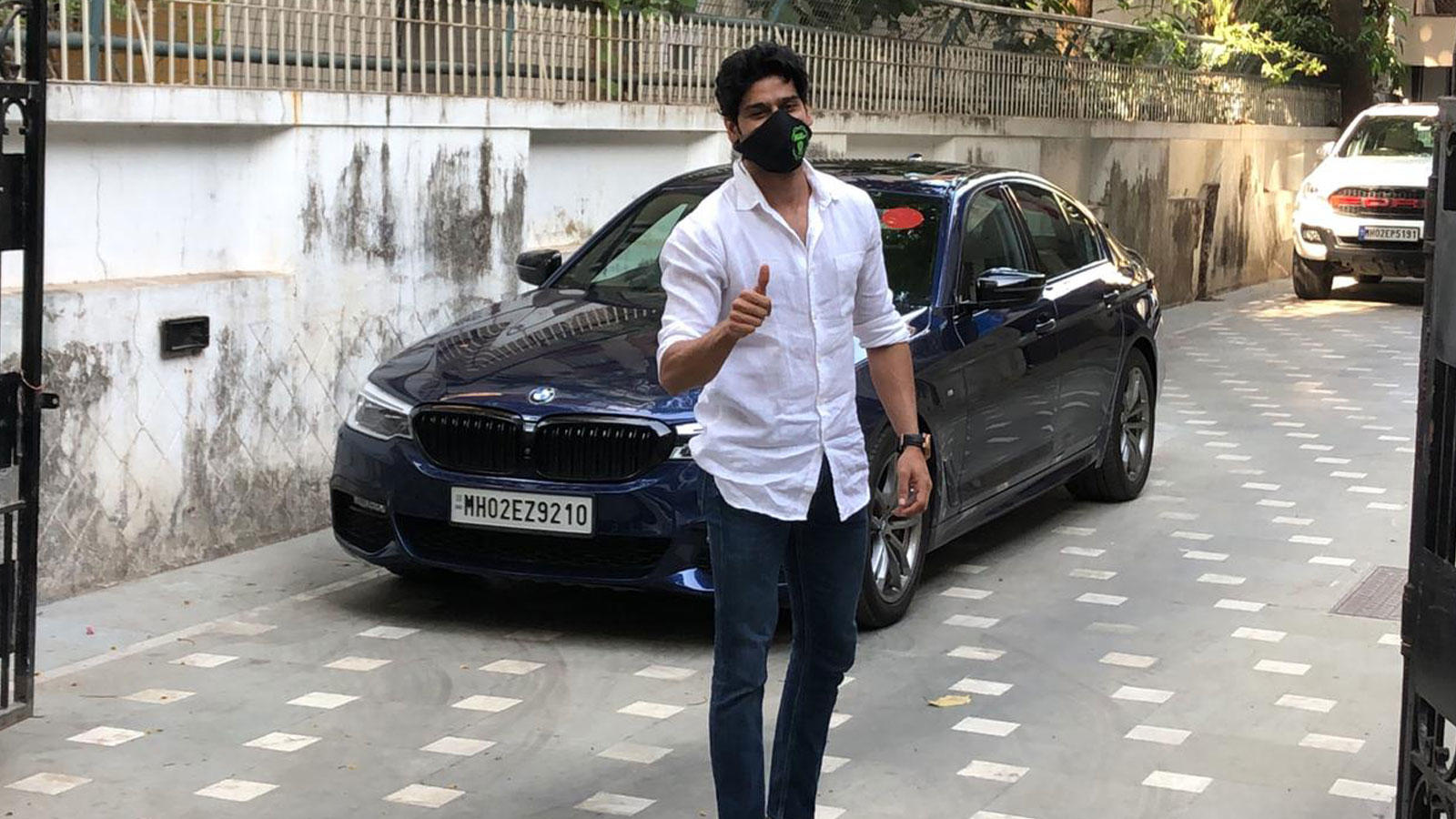 abhimanyu-dassani-gets-papped-in-juhu