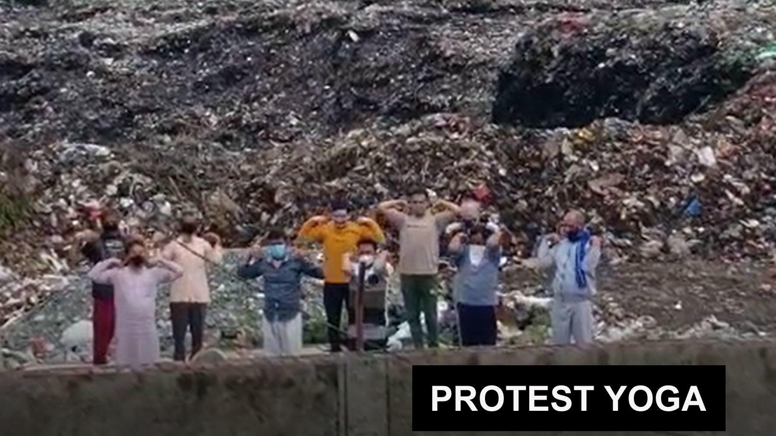 haldwani-these-people-performed-yoga-on-garbage-heaps-to-register-protest
