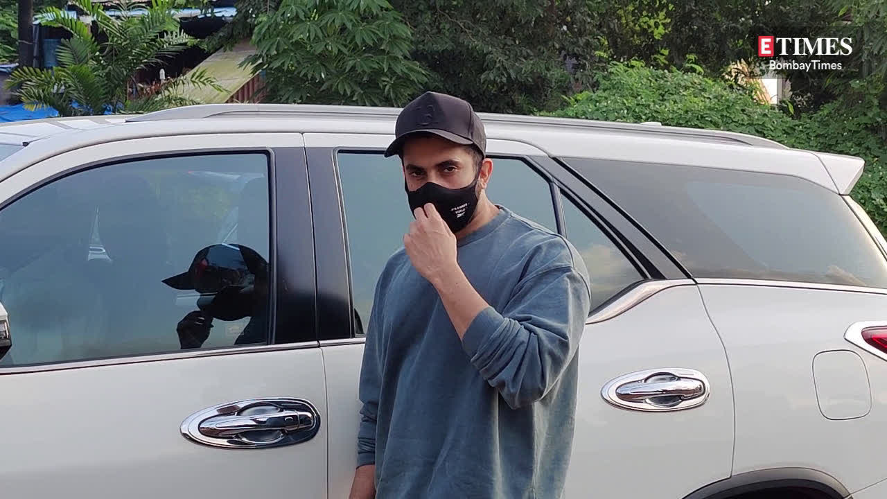 sunny-singh-gets-papped-in-versova