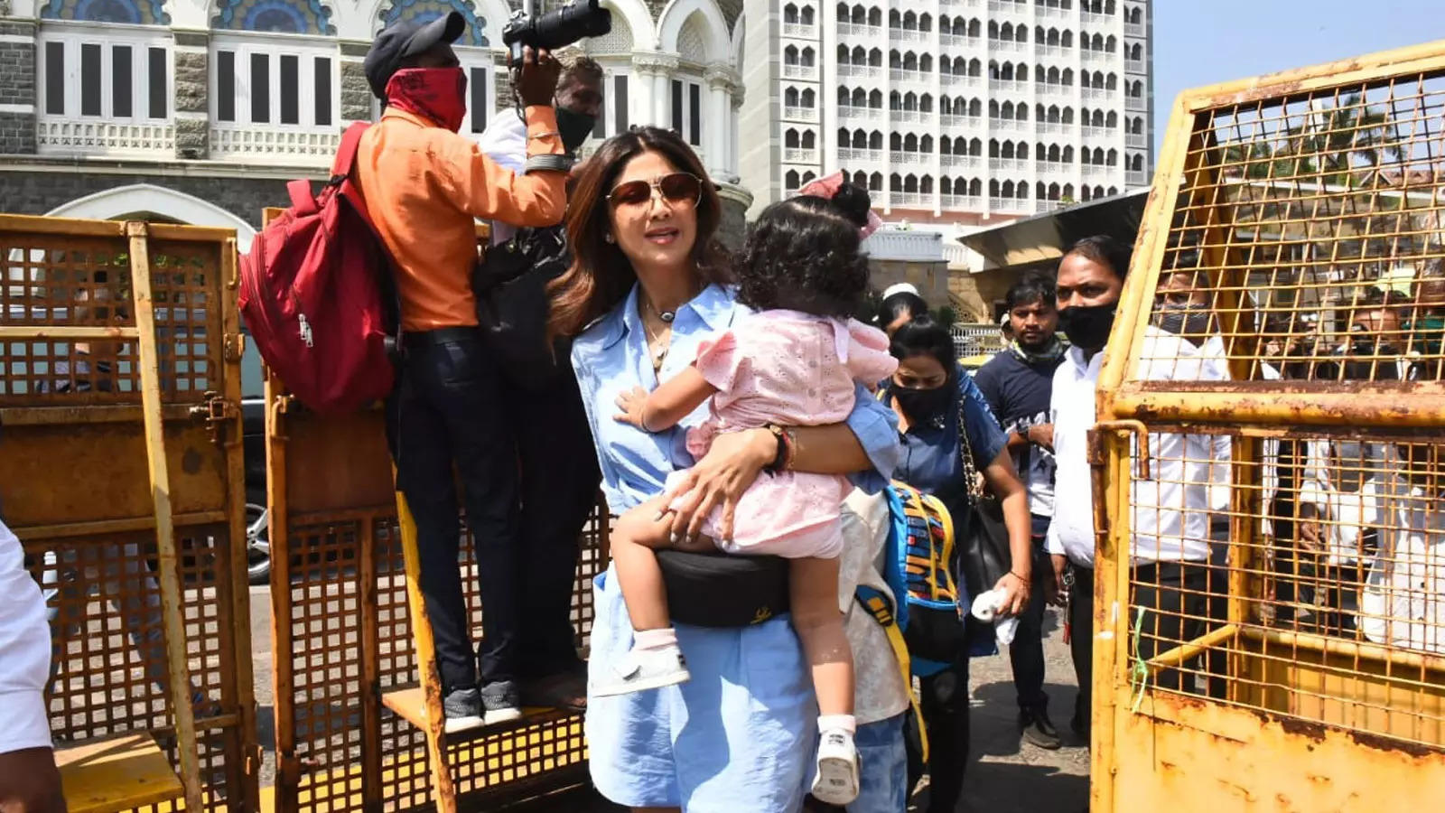 shilpa-shetty-gets-papped-at-the-gateway-of-india
