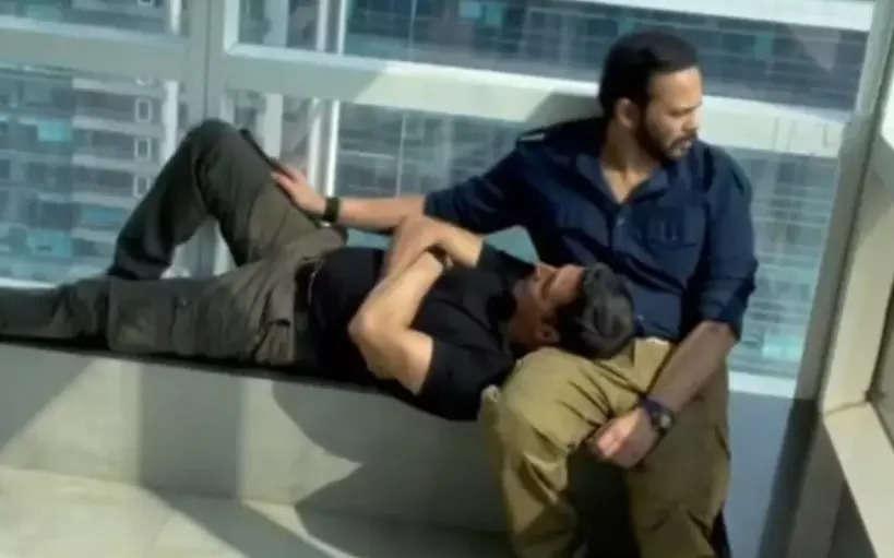 Katrina Kaif records Akshay Kumar resting on Rohit Shetty's lap, see what happened next in this ROFL vide
