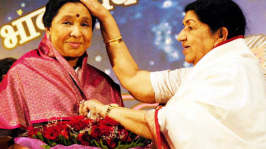 Lata Mangeshkar felicitates sister Asha Bhosle