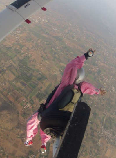 1st wedding anniversary celebrations end with wife skydiving