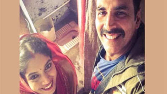 Akshay Kumar shares a selfie with Bhumi from the 'Toilet'