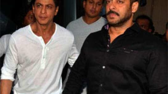 Shah Rukh Khan's late night visit to bestie Salman Khan