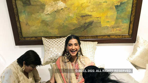 Pictures of Sonam Kapoor's first dance with Anand Ahuja from her mehendi ceremony will make you hit the dance floor