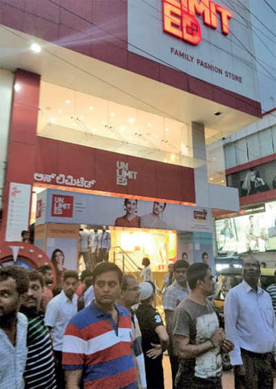 6 Shoppers Hurt As Lift Collapses At Apparel Store