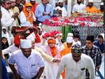 Offers prayers at Mahim dargah