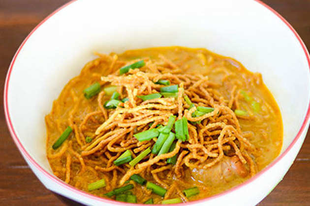 Thai-coconut-soup-with-fried-noodles