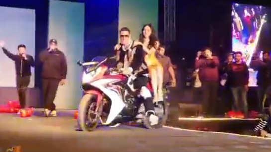 Good Newzz: Akshay Kumar-Kiara Advani make sizzling entry on bike at song launch event
