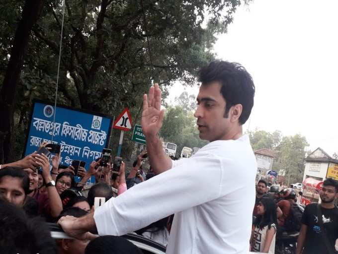 Throwback Time: When crowd went crazy to see Abir during 'Dictionary' shoot in Bolpur