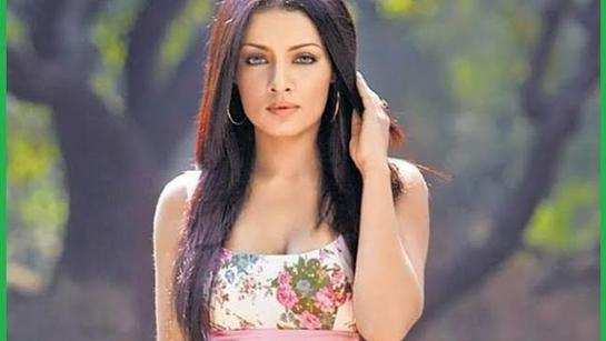 Celina Jaitley sings Tharapathamake, remembering her late dad