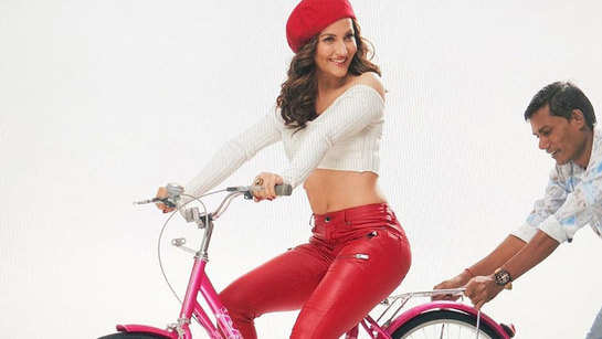 Elli AvrRam looks bewitching as she shares BTS pictures from the sets