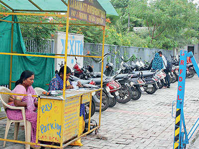 Ahmedabad Municipal Corporation continue to collect parking fee after cops make it free for citizens