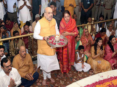 20 yrs on... Shah performs Mangala Aarti as Union Min