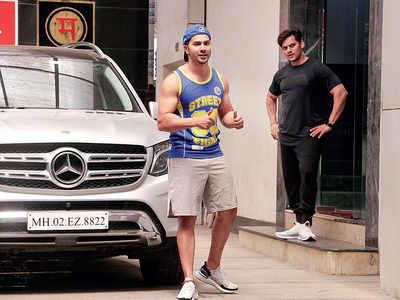 Varun Dhawan flaunts his perfectly-toned body in Mumbai
