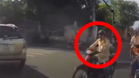 Watch: This is why we shouldn't use mobiles while riding