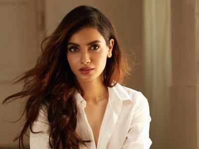 Diana Penty provides hand sanitisers, protective eye wear to Mumbai Police