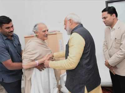 PM Narendra Modi meets Arun Shourie at Pune hospital