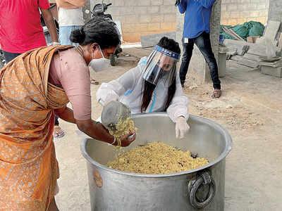 Actor Sanjjanaa distributes free meals to the needy