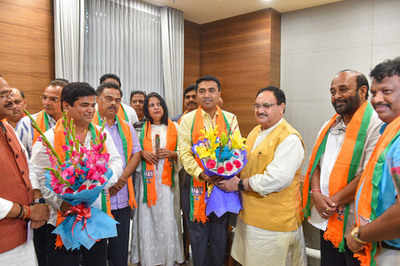 Goa CM Pramod Sawant meets Amit Shah, 10 Cong MLAs formally join BJP