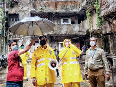 BMC removes people from dilapidated buildings in Sion, Kurla
