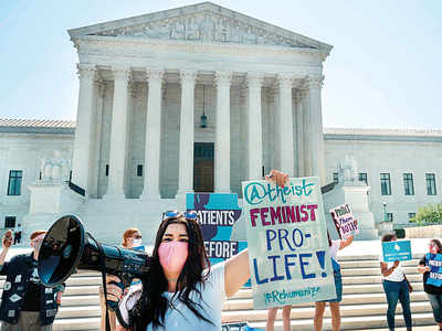 US Supreme Court strikes down law limiting abortions