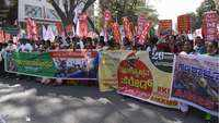 Bengaluru: Farmers supported by various groups take out march from station to Freedom Park
