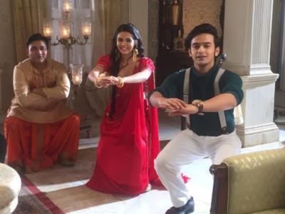 Pravisht Mishra aka Anirudh turns fitness instructor for co-stars on the sets of Barrister Babu