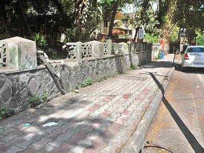 PMC clears branches from Deccan footpath