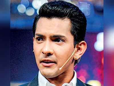 Singer Aditya Narayan's car rams auto; 2 hurt