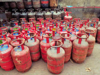 Govt urges oil companies to defer loan recovery under free LPG plan