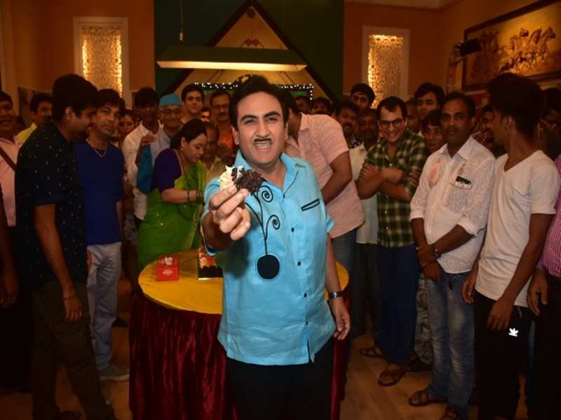 Dilip Joshi offered the cake to the viewers