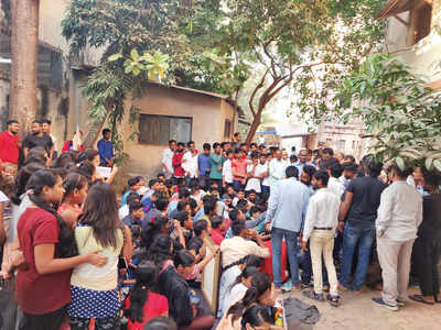 Students of three govt hostels stage a flash protest to highlight an insufficient quantity of food, poor maintenance of hostels