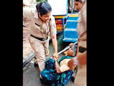 Lawyers slap plaint on women cops who thrashed 2 hawkers