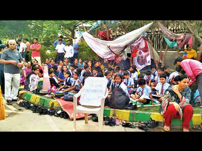 Students denied entry into Amanora School over fee issue, study in a tent outside campus gates