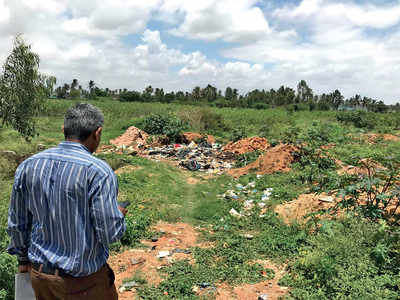 Pollution control board inspects dumping at lake