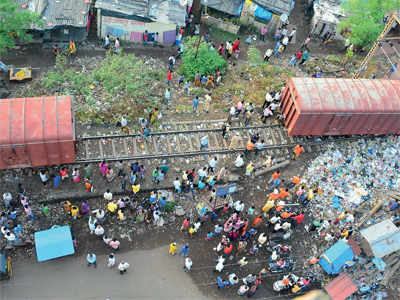 Goods train derails near Parsik Tunnel; disrupts traffic on central line