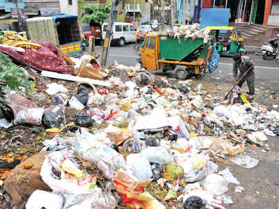 Bengaluru: Garbage Contractors stage protest at BBMP, demand payment for five months