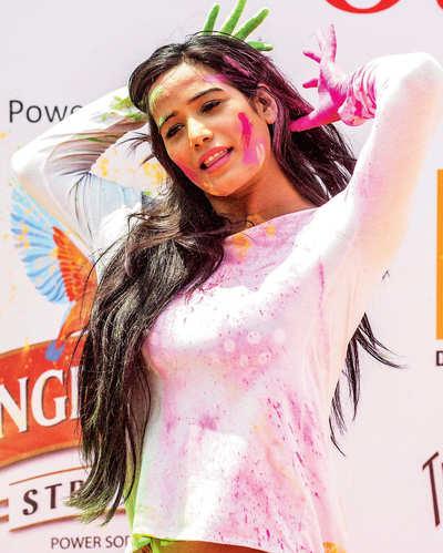 Poonam Pandey to 'scare' Kannada audience